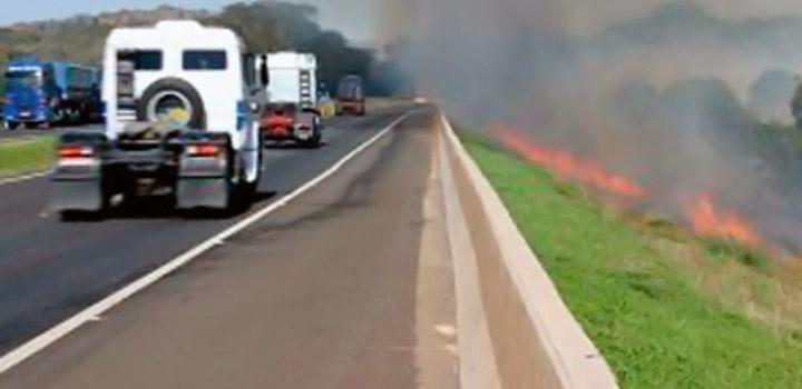 Queimadas nas rodovias no final do inverno aumenta o risco de acidentes