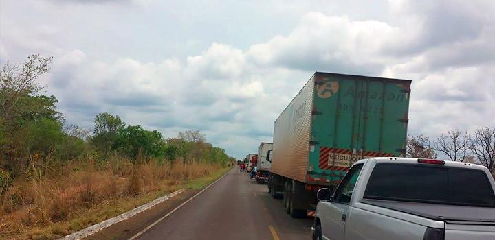Índios Xavantes interditaram mais uma vez a BR 070 para cobrar pedágio em Mato Grosso sEGUNDA FOTO- com veículos parados