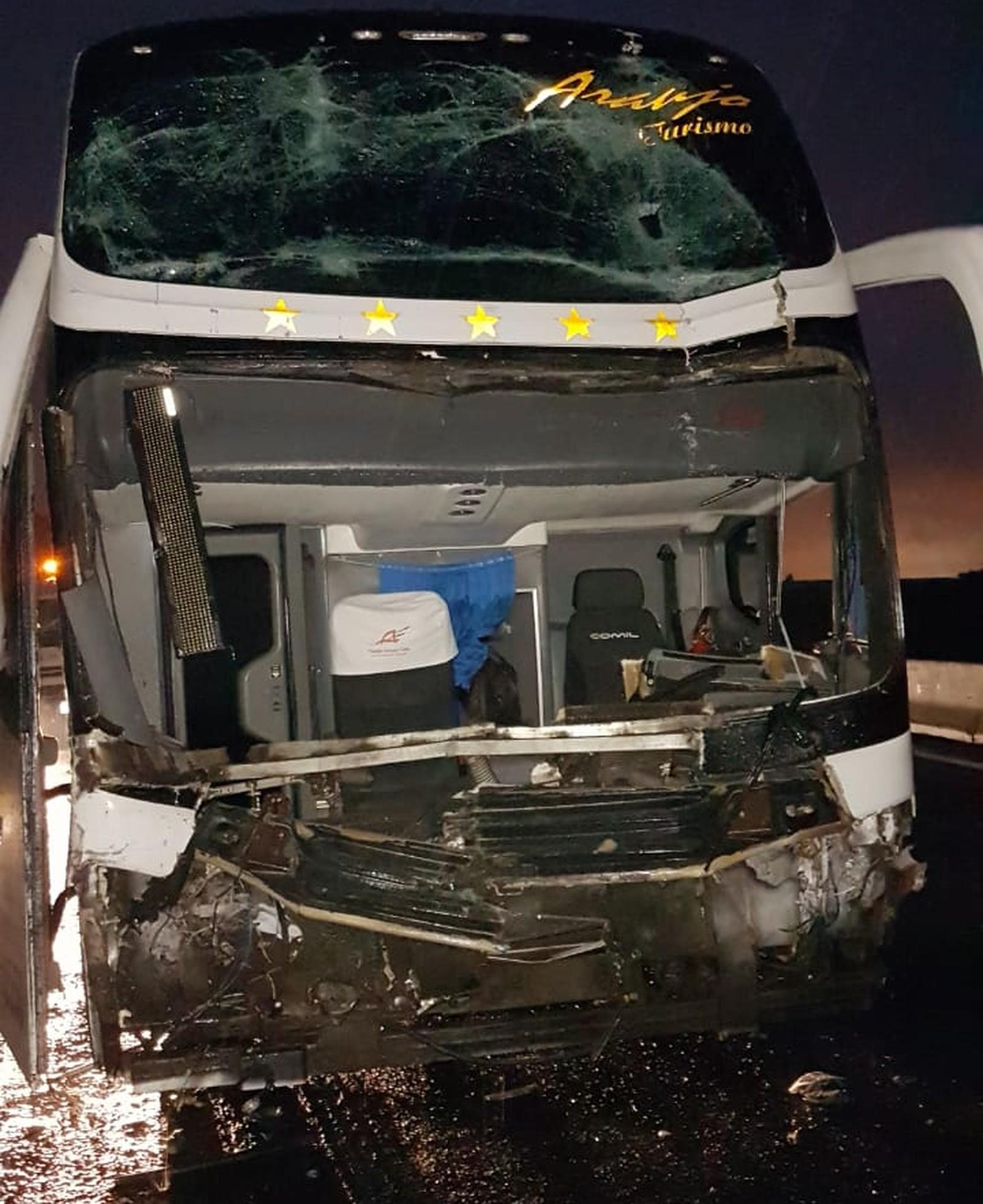 Dois ficam feridos em acidente entre ônibus e caminhão na Via Dutra