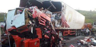 Batida entre carreta e ônibus mata motoristas na BR-267