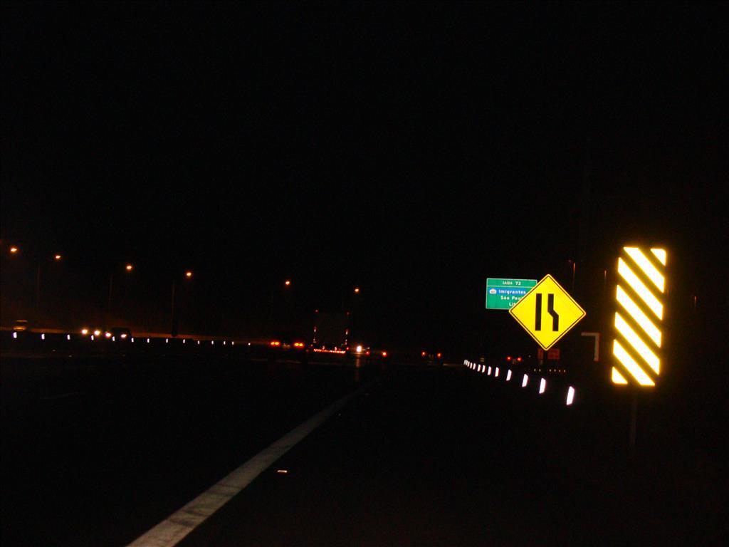 Sinalização no asfalto de borracha na Rodovia dos Bandeirantes (SP-348)